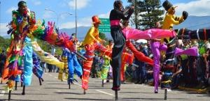un-gran-despliegue-de-musica-color-y-talento-es-el-tradicional-desfile-de-carrozas-y-comparsas-de-la-fiss-foto-archivo