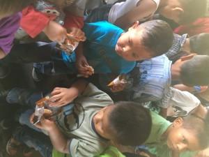 ninos-contentos-al-recibir-los-beneficios-foto-inatur-bolivar